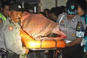 IKUT MATI: Jasad Sardin yang tewas gantung diri usai membunuh calon pengantinnya diusung ke RSUD dr Koesma Tuban, Senin (13/07/2015) malam.