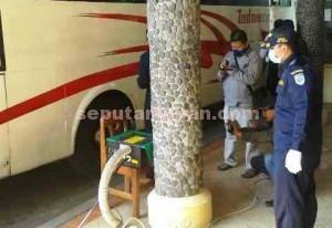 DIPERIKSA : Petugas Dishub Tuban saat memerika emisi gas buang bus di Terminal Wisata Tuban, Selasa (07/07/2015)