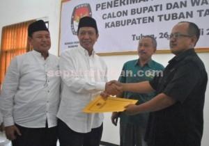 Hudanoor Lagi : Pasangan calon Bupati dan Wakil Bupati Tuban, Fathul Huda dan Noor Nahar Hussein saat mendaftarkan diri ke KPU Kab. Tuban