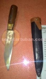 BARANG BUKTI : Inilah pisau yang dipakai menusuk anggota Linmas
