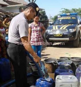 BERBAGI : Aparat Polsek Semanding saat berbagi air bersih