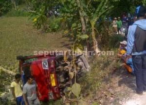 TERGULING : Kondisi truk saat terporok ke tebing jalan usai menabrak minibus