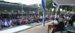 ADILI SENAT: Ratusan mahasiswa menggelar demo susulan menuntut pemulihan status Unirow di lapangan wisuda kampus yang berada di Jalan Manunggal Tuban, Kamis (30/07/2015) pagi.