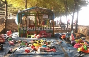 KUMUH : Salah satu pengelola memajang dan menyewakan permainan anak dalam kondisi banyak yang rusak, hal ini menambah suasana kumuh lokasi wisata