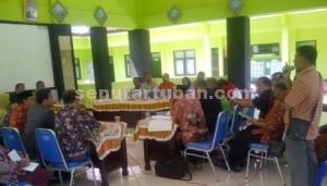 WADUL NASIB: Perwakilan petani Desa Margosuko saat berdialog dengan aparat terkait di Pendopo Kecamatan Bancar.