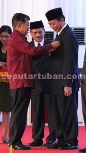 BUKTI: Wakil Presiden Yusuf Kalla menyematkan tanda jasa bakti koperasi dan usaha mikro kecil menengah (UMKM) tingkat nasional kepda Bupati Tuban Fathul Huda pada acara puncak peringatan Hari Koperasi tingkat nasional ke-68 di Kantor Gubernur Nusa Tenggara Timur, Minggu (12/07/2015).