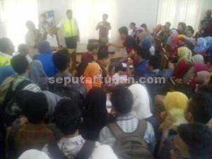 DIBEKUKAN: Massa mahsiswa Unirow saat berdialog dengan Ketua PPLP- PT PGRI Tuban, Totok Supijanto, di kampus Jalan Manunggal, Senin ((13/07/2015) pagi).