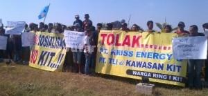 TAk DIMANUSIAKAN: Puluhan warga sekitar pembangunan proyek atau ring 1 menolak pembangunan kawasan industri Tuban (KIT) di Desa Socorejo Kecamatan Jenu dengan menggelar aksi unjuk rasa, Rabu (29/07/2015) pagi.