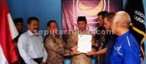 MERAPAT: Fathul Huda dan pengurus DPC Nasdem Tuban foto bareng usai menerima surat dukungan, Rabu (22/07/2015) siang.