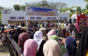 UNTUK MASYARAKAT: Antusias warga menyambut pasar murah yang digelar PT Semen Indonesi bersama BUMN lainnya.