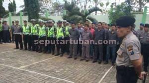 KAWAL AKSI: Kapolres Tuban AKBP uruh Arif Darmawan memimin gelar pasukan unras mahasiswa Unirow, Kamis (31/07/2015) pagi.