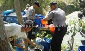 BERBAGI RASA: Jajaran Polsek Rengel saat melakukan droping air di Dusun Jaten Cilik, Rabu (29/07/2015).