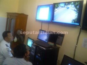 DIAWASI : Petugas Dishub Tuban saat melakukan pemantauan lalu lintas melalui monitor server