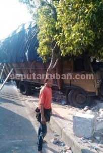 BANTING STIR: Diduga mengalami gangguan pengereman sebuah truk ekpedisi jurusan Surabaya-Tuban menabrak rumah warga Kelurahan Kedongombo, Senin (10/08/2015) pagi.
