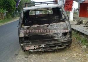 RUSAK BERAT : Inilah kondisi mobil pasca dibakar massa