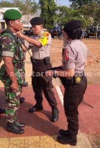 SIAGA PENUH : Kapolres Tuban, AKBP Guruh Arif Darmawan saat memasang pita tanda Operasi Mantap Praja Ronggolawe 2015