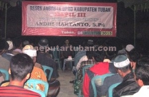 IRIGASI HARGA MATI: Andhi Hartanto, anggota Komisi D DPRD Tuban, bertatap muka dengan puluhan petani dalam acara reses yang digelar di Desa Bulurejo Kecamatan Rengel, akhir pekan kemarin.