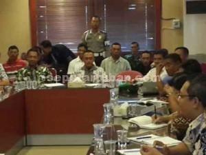 MENCARI SOLUSI: Rombongan Komisi A DPRD Tuban saat berdialog dengan manajemen PT Semen Indonesia, Jumat (28/08/2015) pagi.