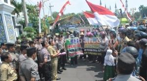 AKSI SUSULAN: Lagi, puluhan korban konflik lahan versus PT Semen Indonesia (PT SI) yang menamakan dirinya Forum Masyarakat Gaji (FMG) meluruk kantor Bupati Tuban, Rabu (12/08/2015) pagi.