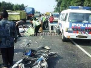 TEWAS DITEMPAT: Aparat Satlantas Polres Tuban saat melakukan olah tempat kejadian perkara di jalan raya KM 25-26 Desa Widang, Selasa (11/08/2015) pagi.