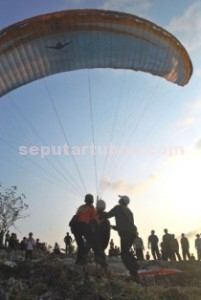 IKON Baru: Salah seorang atlet tengah bersiap terbang bebas saat launcing lapangan paralayang di petak 70 RPH Nelunde BKPH Kerek di Desa Trantang, Rabu (05/08/2015).