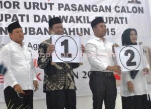 SIAP TARUNG: Dari kiri ke kanan Noor Nahar Husein (cawabup), Fathul Huda (cabup), Zakky  Mahbub (cabup) dan Dwi Susanti (cawabup) foto bareng usai pengundian nomor urut di KPU  Tuban,  Selasa (25/8/2015) siang.