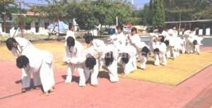 PASUKAN KHUSUS: Para polwan Polres Tuban yang akan menjadi pengawal pribadi calon dan wakil bupati serius berlatih judo, Senin ((03/08/2015) pagi.