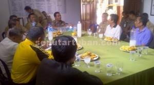 MEDIASI: Perwakilan warga berdialog dengan pemilik tambang serta Muspika Semanding di Kantor Kepala Desa Prunggahawan Wetan, Selasa (11/08/2015) siang.
