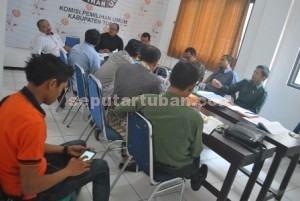 SUPER KETAT: KPU Kabupaten Tuban menggelar rapat koordinasi dengan tim kampanye kedua pasangan calon, Jumat (21/08/2015) siang.