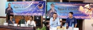 GALAU WARGA: Ketua Fraksi Nasdem Nurani Rakyat DPRD Tuban Rasmani saat menggelar reses di Desa Sugiharjo, Senin (10/8/2015) sore.