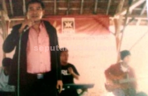 SERAP ASPIRASI: Anggota DPRD Tuban dari Fraksi Golkar Sejahtera, Rochmad, menghibur warga Desa Sidonganti Kecamatan Kerek di sela acara reses, Minggu (9/8/2015) sore.