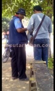 BISIK-BISIK: Seorang sopir menerima arahan dari oknum petugas uji kir Dishub Tuban.
