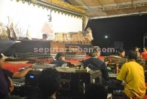 WAHANA EDUKASI: Pagelaran wayang kulit semalam suntuk dengan lakon Wahyu Cahyaningrat  dengan dalang Ki Sigit Arianto dari Rembang, Jawa Tengah, menjadi pemuncak rangkaian  peringatan HUT Ri ke-70 di Kecamatan Kerek, Rabu (26/8/2015).