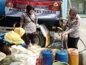 HUMANIS: Para polwan ini rela berbasah-basah saat melakukan droping air bersih di Desa  Sugiharjo, Kecamatan Senori.