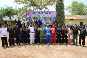 PENDEKAR ANTI NARKOBA : Forpimda, Ulama dan 14 Ketua Perguruan Silat mendeklarasikan Pendekar Anti Nakoba di Mapolres Tuban, Rabu (16/09/2015)