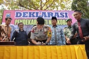 SPIRIT BARU : Kapolres Tuban, AKBP Guruh Arif Darmawan menandatangi naskah deklarasi pendekar anti Narkoba disaksikan Forpimda
