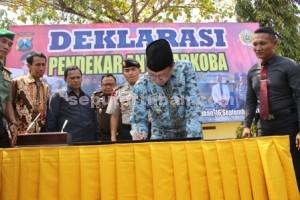 BUMI WALI : Bupati Tuban, Fathul Huda saat melakukan penandatanganan naskah Deklarasi Pendekar Anti Narkoba di Mapolres Tuban, Rabu (16/09/2015)