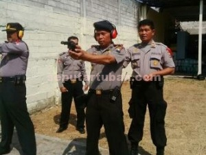MAHIR SENPI : Sejumlah perwira Polres Tuban, saat berlatih menembak dilapangan tembak Mapolres Tuban