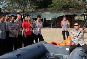 TURUN LANGSUNG : Kapolres Tuban, AKBP Guruh Arif Darmawan saat memberikan contoh cara mendayung yang benar kepada anggotanya