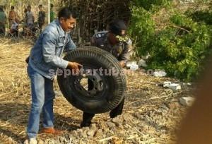 SIGAP : Anggota Polsek Rengel menemukan ban cadangan yang telah dijarak warga