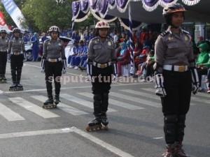 SIAGA MINGGUAN : Polwan Polres Tuban saat berbaris menggunakan sepatu roda di acara Car Free Day jalan Sunan Kalijaga Tuban, Minggu (27/9/2015)