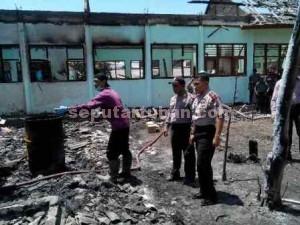 HEBOH : Kapolres Tuban, AKBP Guruh Arif Darmawan didampingi Kapolsek Senori, AKP Simon T saat dilokasi kejadian dengan kondisi ruang kelas SDN Kaligede II porak-poranda usai terbakar