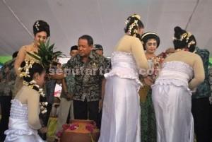 MENJAGA BUDAYA: Wakil Bupati Tuban Noor Nahar Hussein menyiram kepala seorang sindir menandai upacara siraman waranggono di Pemandian Bektiharjo, Semanding, Rabu (16/09/2015) siang.