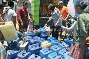 HARUS SABAR: Tim operasi kekeringan saat membagikan air bersih di Kecamatan Kerek, akhir pekan kemarin.
