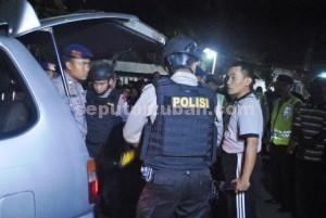 ANTISIPASI: Polisi bersiaga di Gang I Kelurahan Latsari Tuban, Kamis (24/09/2015) malam.