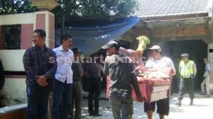 PASRAH: Tim eksekusi Pengadilan Negeri (PN) Tuban saat mengosongkan rumah Taufiqurrozy (35) di Desa  Sumberejo, Kecamatan Rengel, Kamis (10/09/2015) pagi.