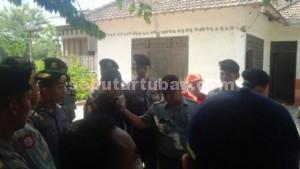 JADI KORBAN: Puluhan aparat Polsek Plumpang bersiaga saat PN Tuban melakukan eksekusi  rumah Sudiyono di Desa Jatisari, Kamis (03/09/2015) siang.