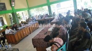 MENCARI SOLUSI: Suasana rapat mediasi konflik lahan Desa yang berlangsung di Pendopo  Kecamatan Kerek, Jumat (25/09/2015) pagi.