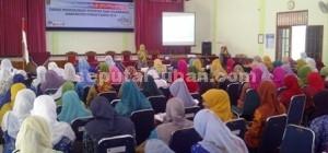 MENGATROL DEDIKASI: Sebanyak 120 guru PAUD saat mengikuti peltihan K-13 di Aula Disdikpora Tuban Selasa (29/09/2015) pagi.
