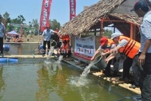 MEMBERI MANFAAT: PT Semen Indonesia (PT SI) menggelar kegiatan CSR dengan program budidaya ikan tawar di area bekas tambang yang berada di Desa Temandang, Kecamatan Merakurak, Rabu (23/09/2015) pagi.